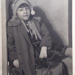 František Drtikol – dcera Evína při návštěvě v ateliéru