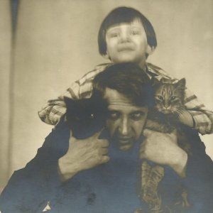 autoportrét Drtikol s dcerkou a kočkami